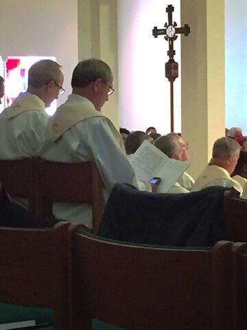 Ksiądz bawi się telefonem na mszy