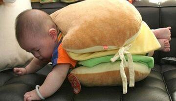 Dzieciak w kanapce