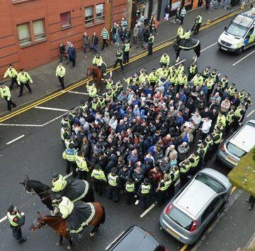 Eskorta kibiców Glasgow Rangers na stadion Celticu