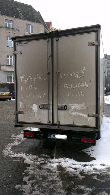 Chuligani pomazali furgonetkę