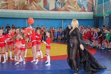 Występ gwiazdy na otwarciu turnieju zapasów dla dzieci