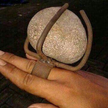 Chciała pierścionek z dużym kamieniem