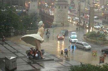 Pomnik Marilyn Monroe w Chicago chroni przed deszczem