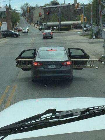 Jak przewieź drabinę samochodem