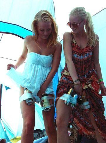Dziewczyny przemycają alkohol
