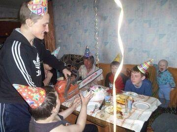 Rosyjskie urodziny - krojenie tortu piłą spalinową