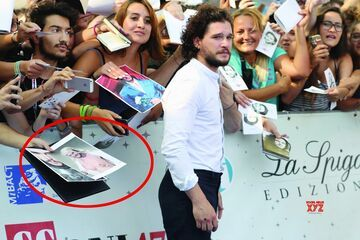 Kit Harington (Jon Snow) rozdaje autografy