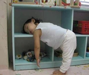zasnęła głową na półce