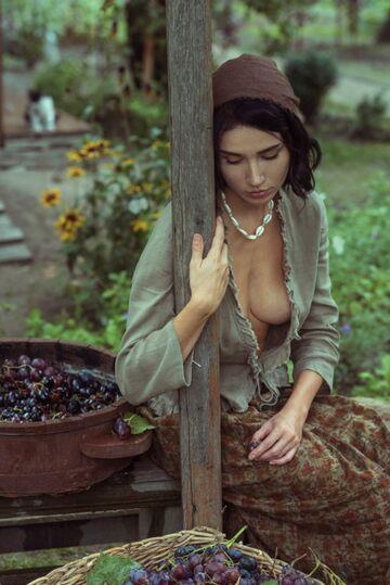 Dziewczyna i winogrona