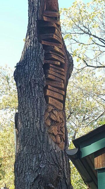 Dzieła Szekspira wyrzeźbione w drzewie
