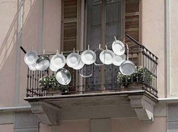 Suszenie naczyń na balkonie