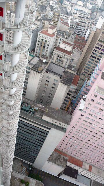 Czterdziestopiętrowy budynek ze schodami awaryjnymi na zewnątrz