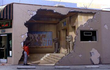 Dziura w ścianie. Mural