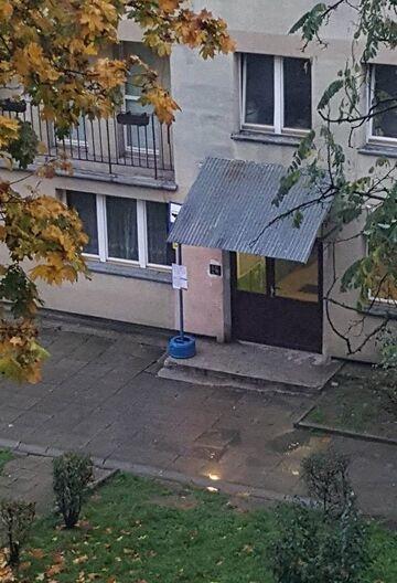 Przystanek autobusowy pod klatką schodową
