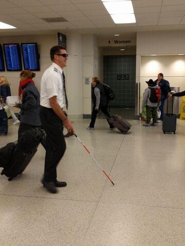 Trolling: Niewidomy pilot na lotnisku