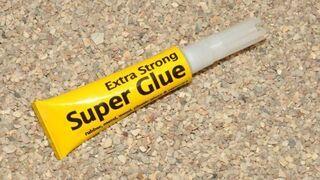 Zazdrosny mąż zakleił żonie waginę super glue