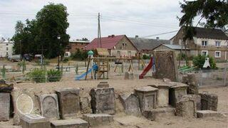 Plac zabaw na cmentarzu