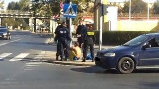 Policjant przypiął człowieka do słupa i zgubił klucz do kajdanek