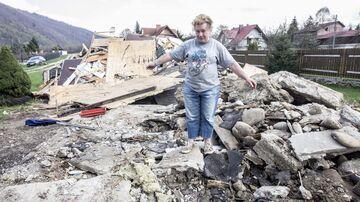 Wynajęła koparkę i zburzyła dom sąsiada