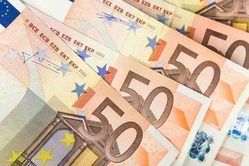 Roztargniona kobieta zostawiła przed bankiem 20 tys. euro