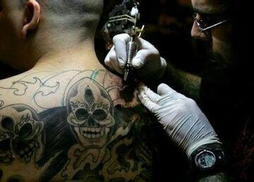 Dramatyczny finał wizyty w salonie tatuażu