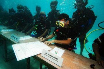 Posiedzenie rządu sześć metrów pod wodą