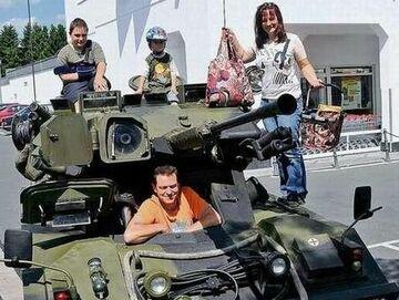 Niemiecka rodzina jeździ na zakupy... czołgiem