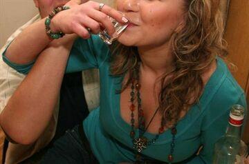 Szok! Piją wódkę przez oczy. Wsadzają sobie...