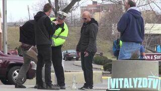 Palenie z bonga w miejscu publicznym? Wkręcenie policjanci.