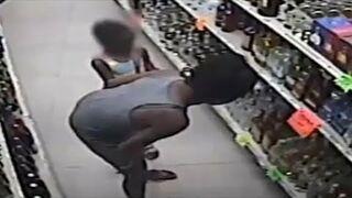 Matka uczy dziecko kraść w sklepie