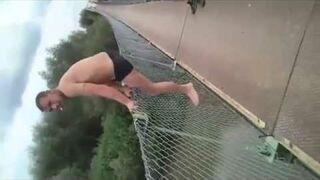 Skok z mostu z fajką