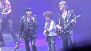 Dwunastoletni geniusz gitary gra ze Scorpionsami na scenie.
