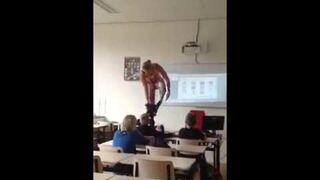 Nauczycielka biologi rozebrała się na lekcji...