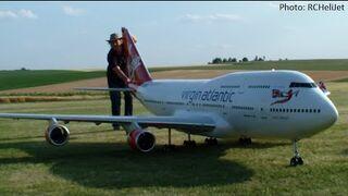 Duży model Boeinga z silnikiem odrzutowym