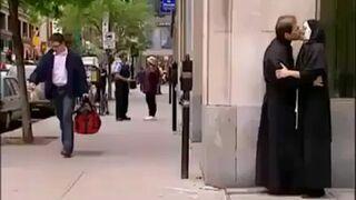 Zakonnica całuje się z księdzem na ulicy!