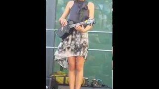 Taimane Gardner wywija na elektrycznym ukulele