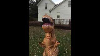 Dzieciak w stroju T-Rexa