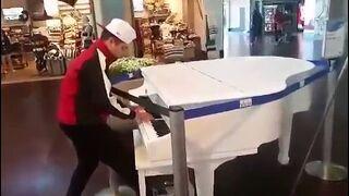 Facet w rurkach i fortepian w centrum handlowym