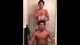 Dwóch Japończyków i prezerwatywa napełniona wodą