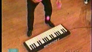 Żongler grający na pianinie