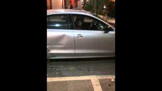 Pijana furiatka próbuje zniszczyć samochód taksówkarzowi