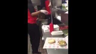 Wytarła podłogę hamburgerem i zaserwowała go klientowi