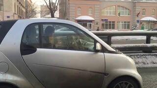 Zobacz, co ta kobieta robi prowadząc samochód