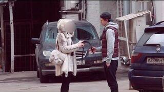 Płaci dziewczyną na ulicy za ściągnięcie bielizny!