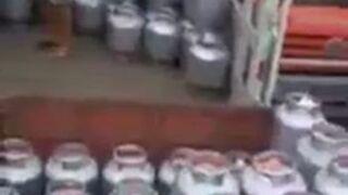 Pracownik rozładowuje butle