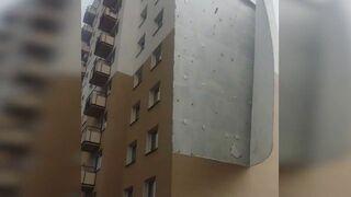 Fragment elewacji spadł na parking na Ursynowie