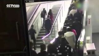 Ruchome schody nagle zaczęły cofać!