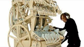 Niesamowity drewniany instrument z kuleczkami