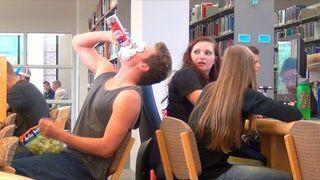 Głośne jedzenie w bibliotece. Zobacz reakcje ludzi!