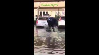 Jak dostać się do auta, podczas nagłej powodzi